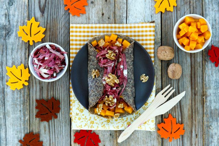 Adagiare la crêpe su un piatto, ripiegare i bordi e farcirla con radicchio, tocchetti di zucca e gherigli di noce, terminare con un filo di olio extravergine d'oliva e un pizzico di sale.
