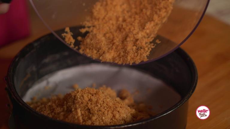 Trasferire il composto in una tortiera a cerniera ricoperta da carta forno. A seguire, Mettere in ammollo la gelatina nell'acqua.