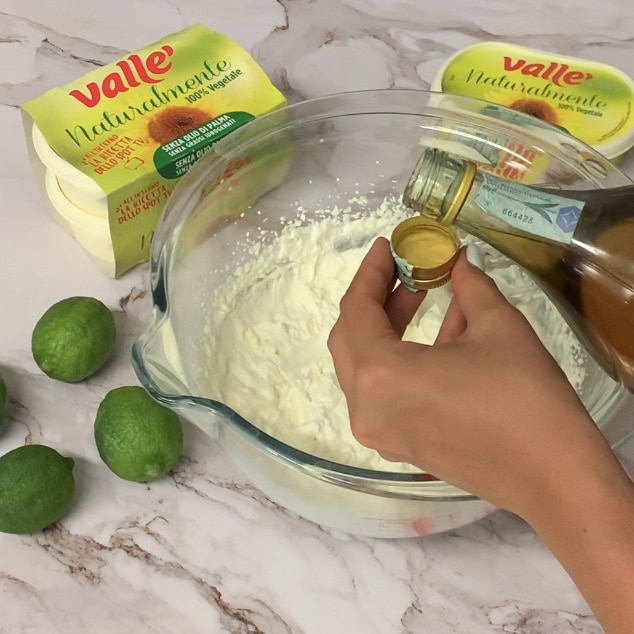 Uniamo il succo e la scorza del lime e continuiamo a miscelare. Mettiamo in ammollo i fogli di gelatina in acqua fredda per circa 10 minuti o finché ammollati e sciogliamo in due cucchiai di latte caldo. Uniamo alla crema.<br />