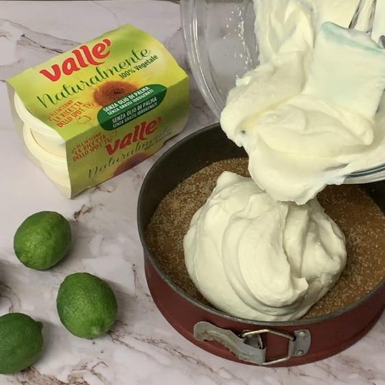 Versiamo la crema mojito sulla nostra base di biscotti e livelliamo bene la superficie. Mettiamo in frigorifero per almeno 2-3 orette.
