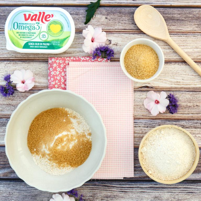 In una ciotola mettere la farina con lo zucchero la punta di lievito e il pizzico di sale e mescolare.