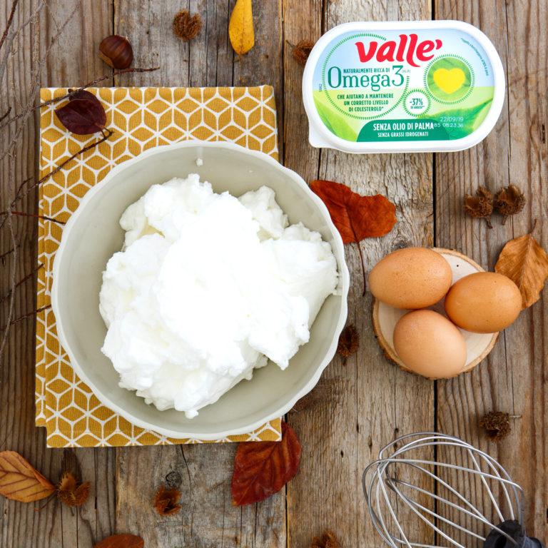Montare a neve ferma i bianchi d'uovo con un pizzico di sale e mettere da parte.<br />