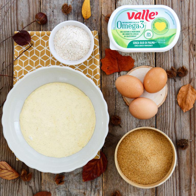 Montare ora i rossi dell'uovo con lo zucchero e aggiungere i due cucchiai di farina.