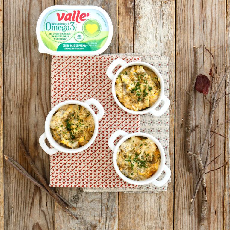 Mescolare la salsa intiepidita con il pesce e le verdure, suddividere il composto in 6 cocotte monoporzione, aggiungere aneto ed erba cipollina e regolare di sale.