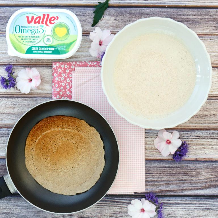 Versare un mestolino di impasto in un pentolino antiaderente e cuocere qualche minuto per lato, mettere da parte e proseguire fino ad aver terminato la pastella.