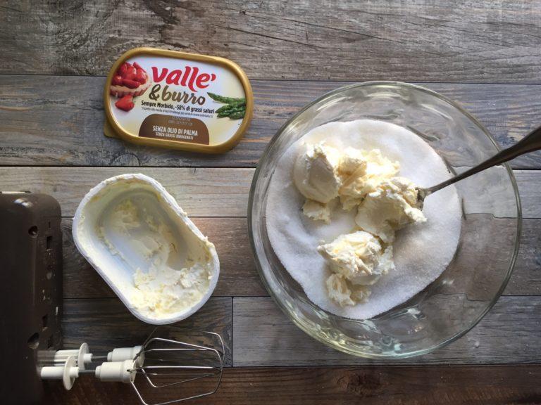 In una ciotola lavorate con le fruste elettriche lo zucchero con Vallé & Burro.