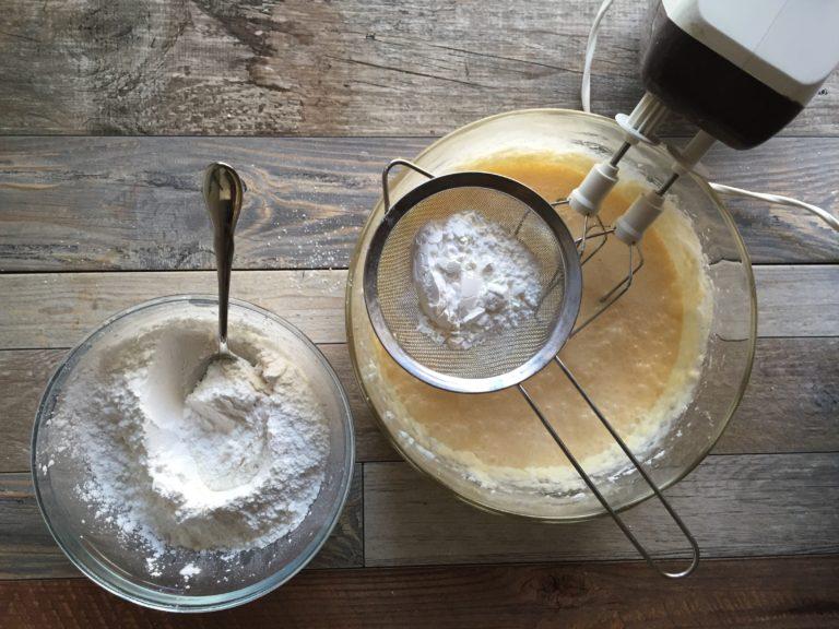 Setacciate la farina, la fecola e il lievito per dolci e aggiungetele all'impasto, poco per volta.