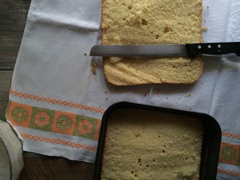 Tagliare a metà nel senso della lunghezza la torta fatta raffreddare.