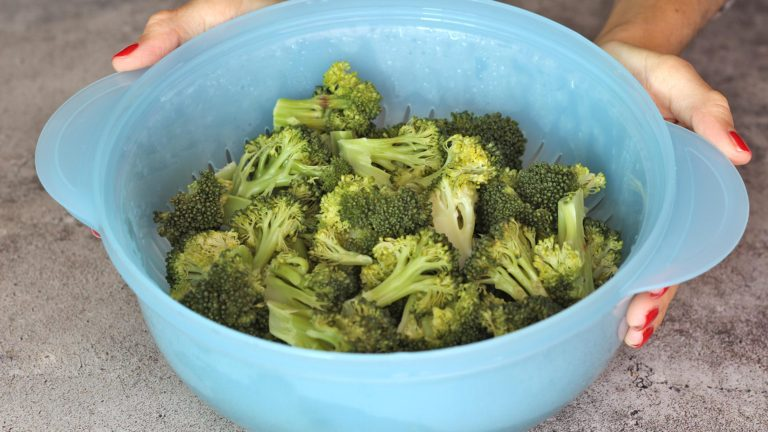 Cuocete a vapore le cime di broccoletti per 5 minuti.