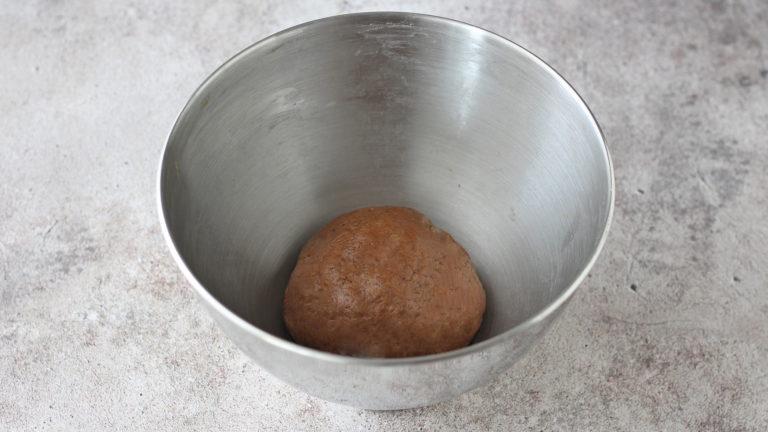 Aggiungete Vallé Soia e l'acqua agli ingredienti secchi ed impastate velocemente, quel tanto che basta ad ottenere un impasto omogeneo; mettetelo a riposare in frigo per 30 minuti.