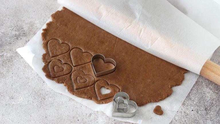 Accendete il forno a 180°C e prendete la frolla dal frigorifero. Stendetela tra due fogli di carta forno allo spessore di 3 mm e ricavate i biscotti usando degli stampini a piacere; l'importante è che misurino almeno 3-4 cm di diametro e che siano in numero pari, perchè dovremo accoppiarli.
