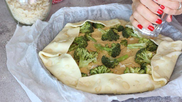 Chiudete i bordi della pasta sul ripieno e pennellateli con la bevanda vegetale.