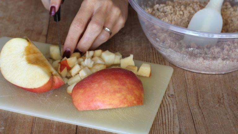 Tagliate la mela a cubetti piccoli e sciogliete l'ammoniaca nel latte, che dovrà essere tiepido.