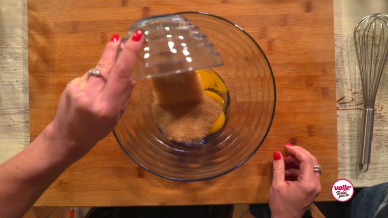 In una ciotola montate bene con le fruste le uova con lo zucchero.