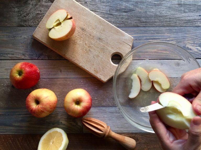 Dopo aver lavato le altre due mele, tagliarle a fettine senza sbucciarle e metterle in una ciotola dove avrete spremuto il limone. Mescolare per evitare che anneriscano.
