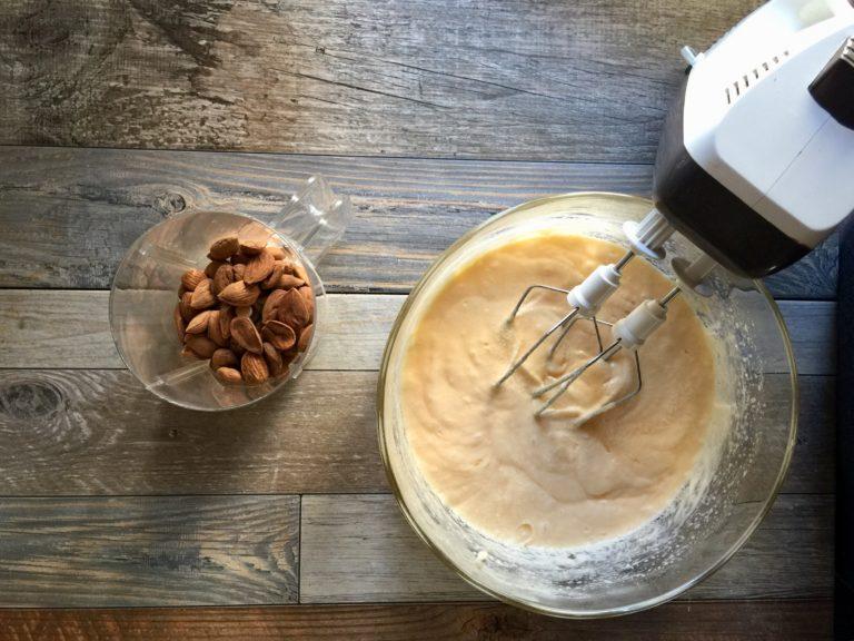 Mettere le mandorle in un frullatore e ridurle in farina.