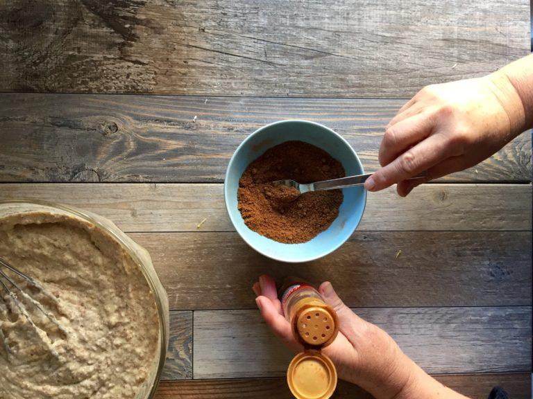In una ciotolina mescolare lo zucchero integrale con la cannella e tenerlo da parte.