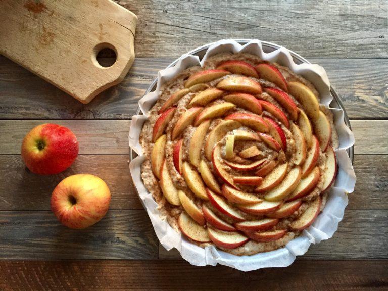 Partendo dall'esterno disporre le fettine, leggermente sovrapposte, fino a formare un fiore, riempiendo tutta la superficie della torta.