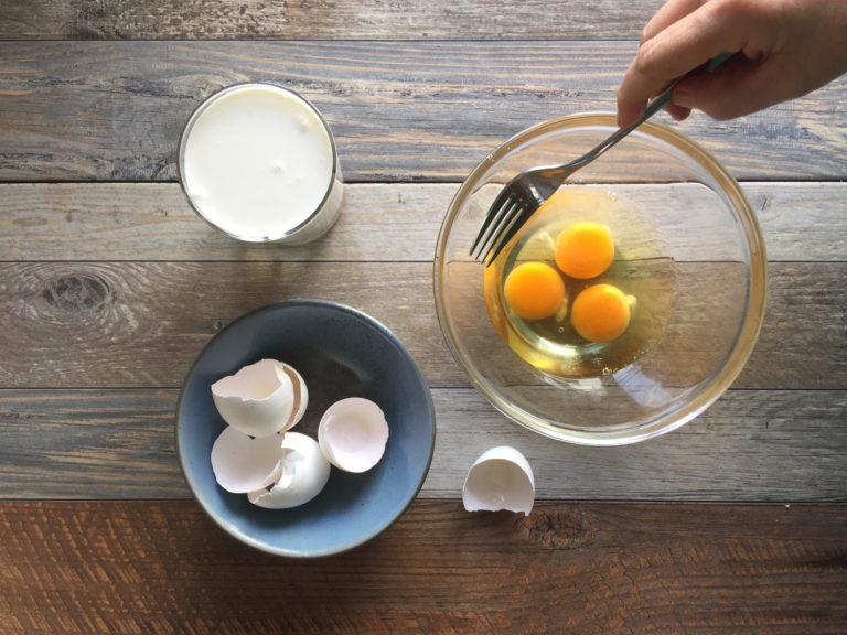 In una ciotola sbattere le uova.