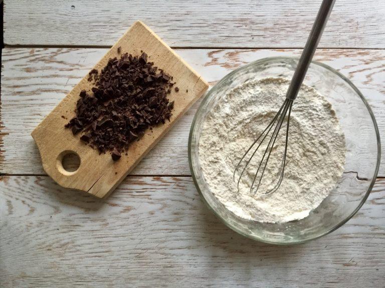 Tagliare il cioccolato fondente in piccoli pezzi e aggiungerlo agli altri ingredienti della ciotola.