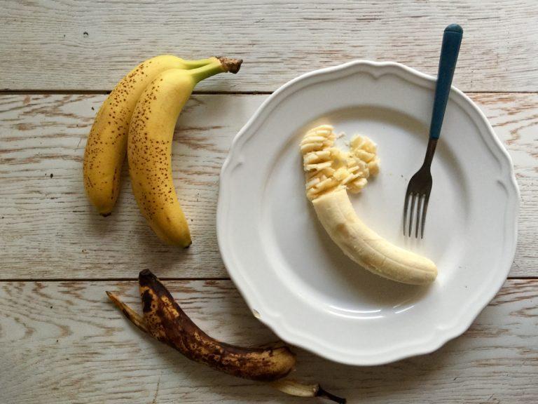 Schiacciare con una forchetta le banane.