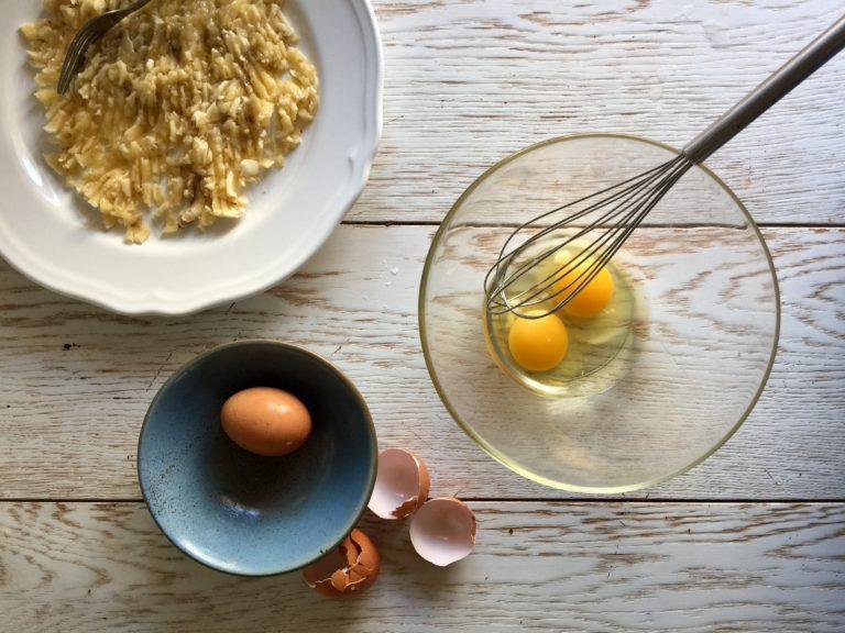 Sbattere le uova e aggiungere le banane, lo yogurt, la vaniglia.