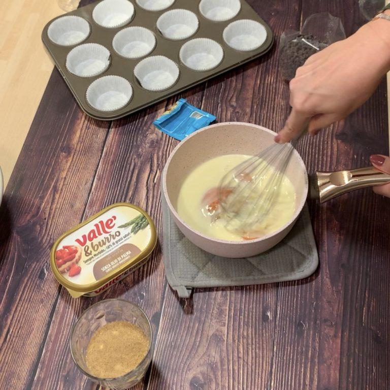 Uniamo gli ingredienti liquidi: sciogliamo su fuoco basso Vallé & Burro, aggiungiamo il latte, le uova e misceliamo bene con una frusta.