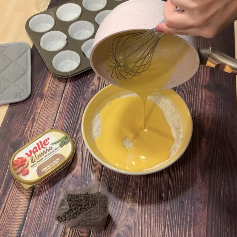 In un'altra ciotola uniamo gli ingredienti secchi ovvero la farina, lo zucchero di canna e il lievito. Misceliamo bene. Uniamo ora gli ingredienti liquidi a quelli secchi e mescoliamo finchè avremo un composto fluido e privo di grumi.