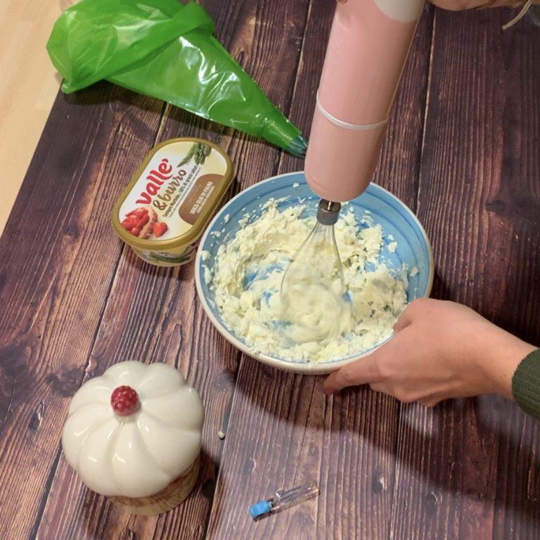Prepariamo il frosting montando con le fruste il formaggio spalmabile con Vallé & Burro, lo zucchero e la fiala alla vaniglia.