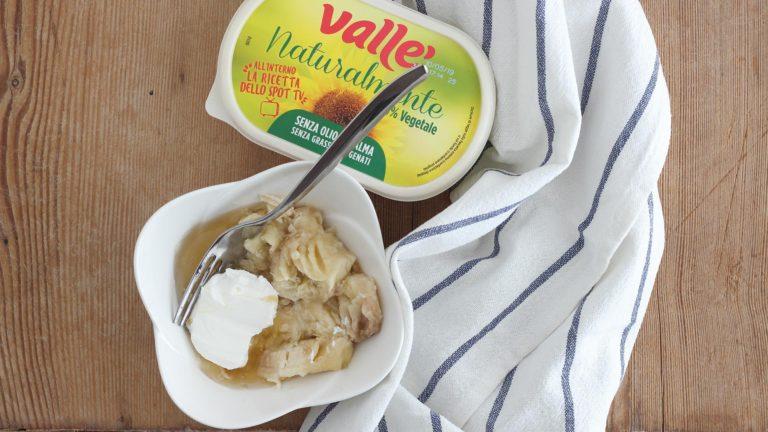 A parte in una piccola ciotola mettete la banana a pezzi, lo sciroppo d'acero e Vallé Naturalmente. Schiacciate con una forchetta per ottenere una purea omogenea.