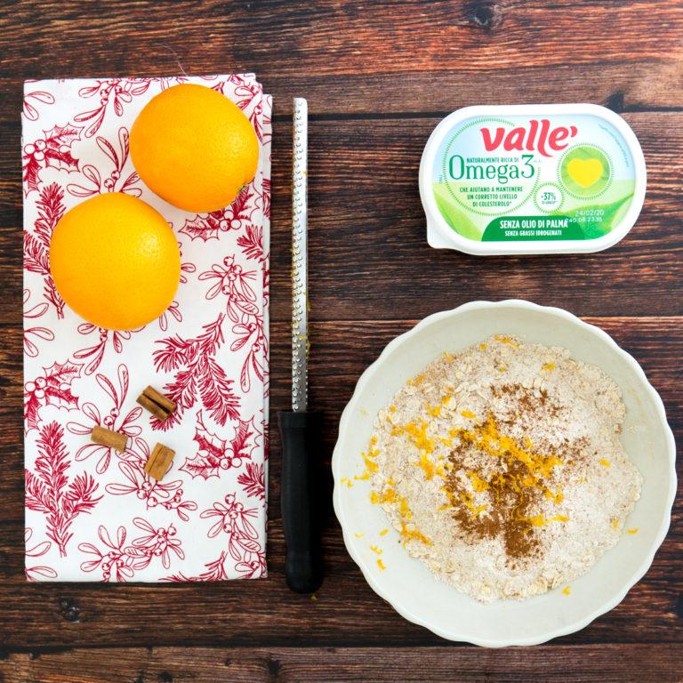 Unire al composto un cucchiaino di cannella e le zeste d'arancia.