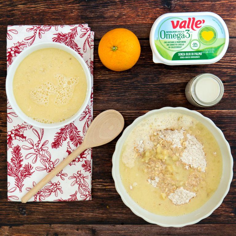 Inglobare un cucchiaio per volta gli ingredienti umidi con quelli solidi.