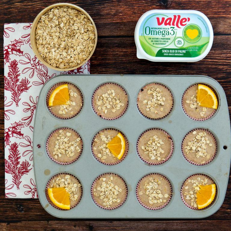 Riempire i pirottini, appoggiare una fetta d'arancia prima di infornare per 25 minuti a 180° in forno statico.