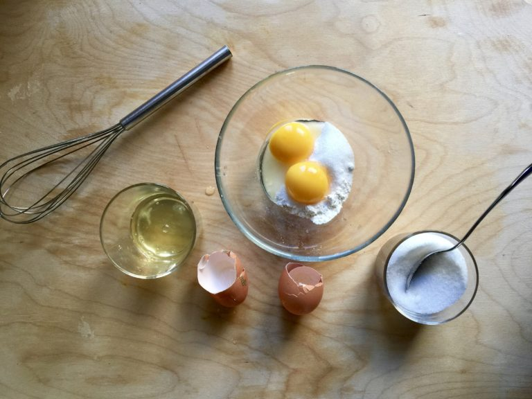 Preparare la crema pasticciera mescolando tuorli, farina, zucchero e qualche cucchiaio di latte, mentre si riscalda il resto del latte. Quindi unire tutto insieme e aspettare che si rapprenda, sempre mescolando. Far raffreddare completamente.