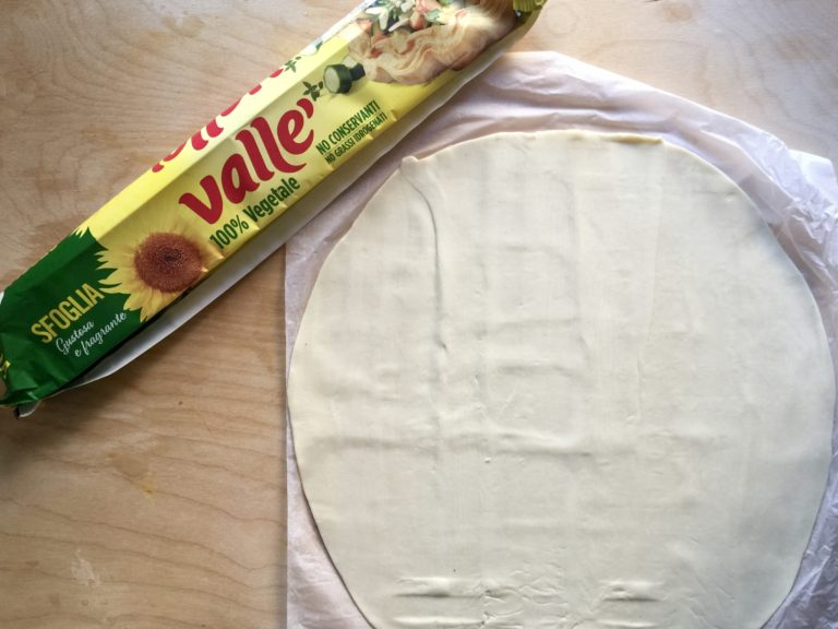 Srotolare la confezione di sfoglia Vallè 100% vegetale, sulla sua stessa carta da forno.