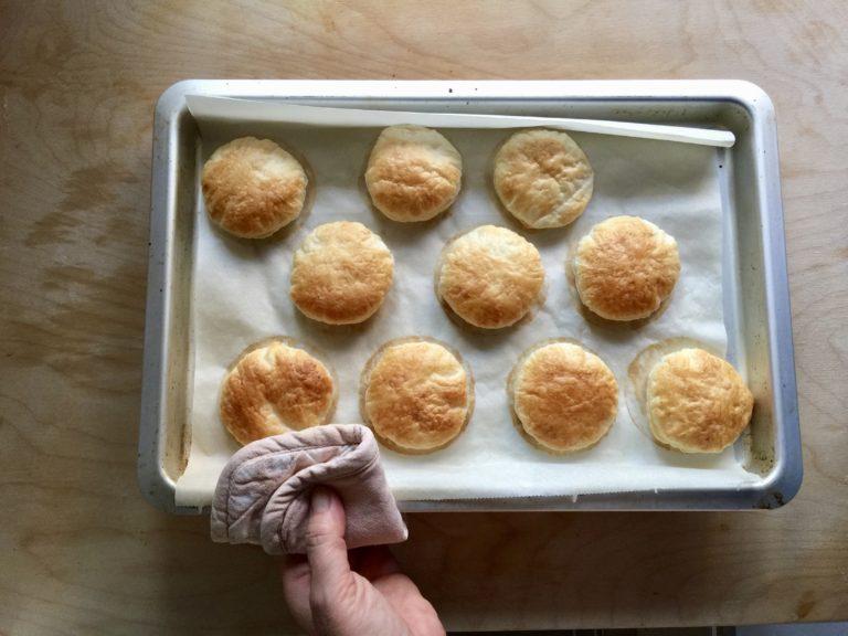 Cuocere fino a doratura (10 minuti circa) in forno caldo a 180°.