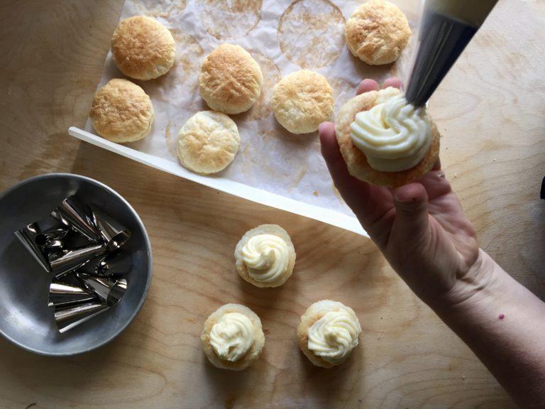 Con l'aiuto di una sacca da pasticcere distribuite la crema pasticcera sulla metà delle sfoglie.