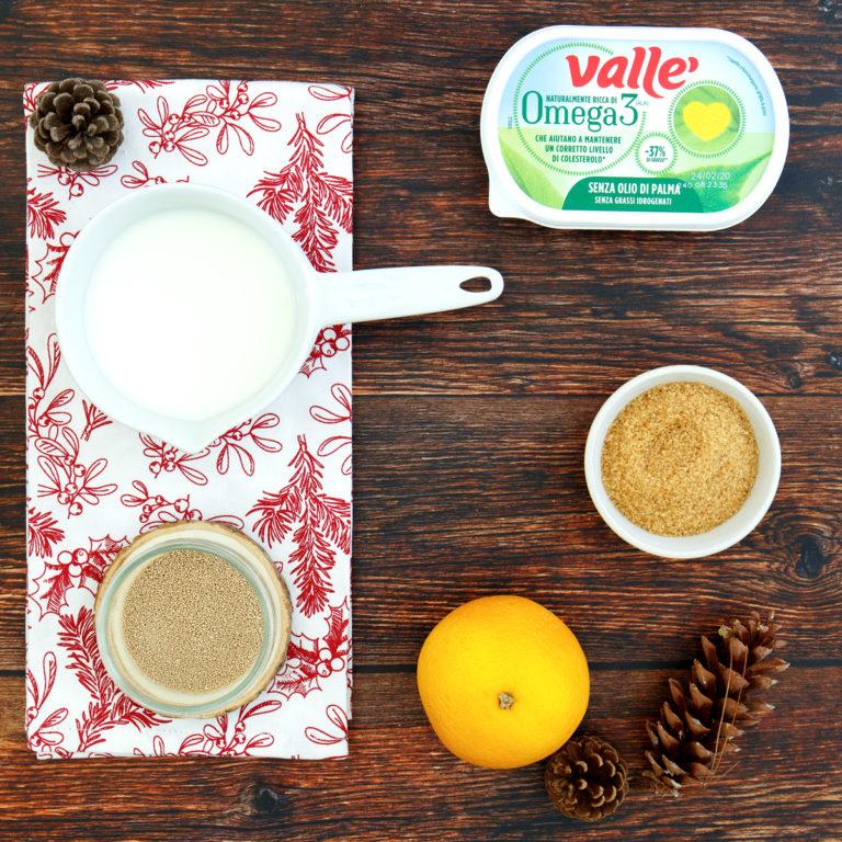 Scaldare il latte in un pentolino, sciogliere lievito con un cucchiaino di zucchero e lasciare riposare per dieci minuti circa.