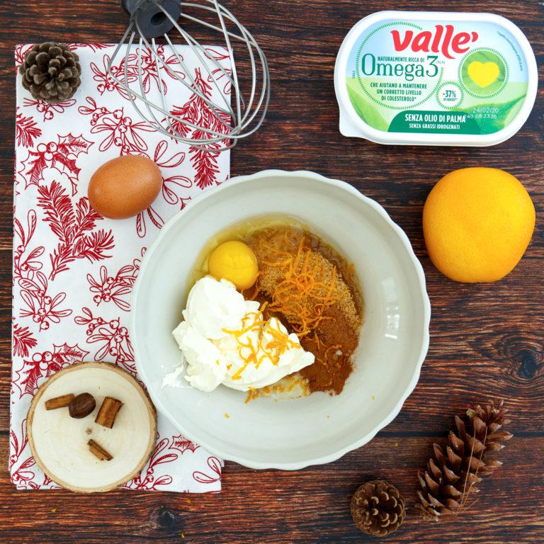 Aggiungere lo zucchero di canna, Vallè Omega3, l'uovo, la cannella, la noce moscata con la scorza dell'arancia