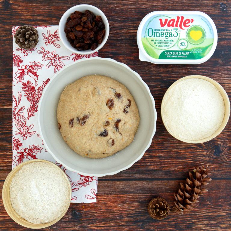 Unire all'impasto le farine e nel mentre aggiungere l'uvetta precedentemente messa in ammollo e asciugata con cura. Lasciare lievitare per circa 2 ore coperto con un panno.