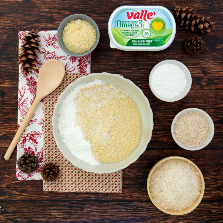 In una ciotola mescolare le farine con la fecola di patate in modo accurato, unire la bustina di lievito.