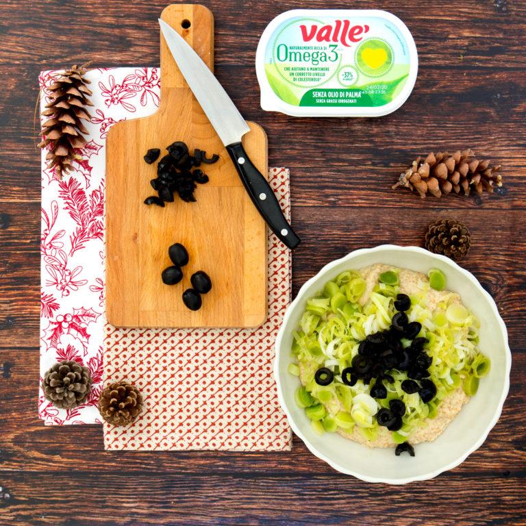 Sminuzzare le olive e inglobarle all'impasto con i porri.