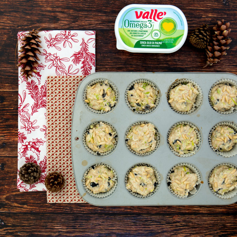 Riempire lo stampo dei muffin e terminare con i pinoli in superficie.
