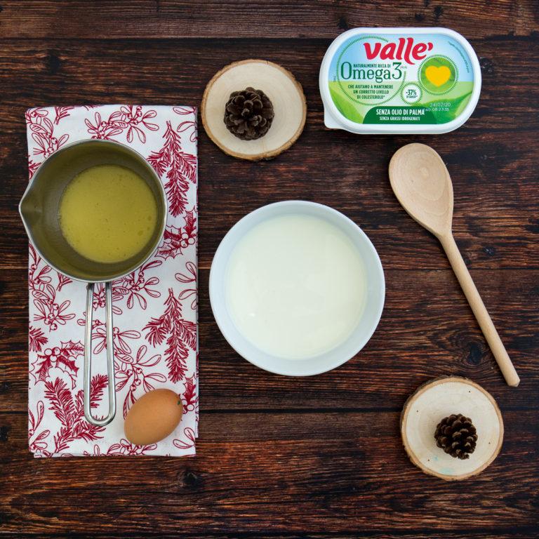 In un'altra ciotola mettere i liquidi: sbattere l'uovo con il latte e Vallé Omega3