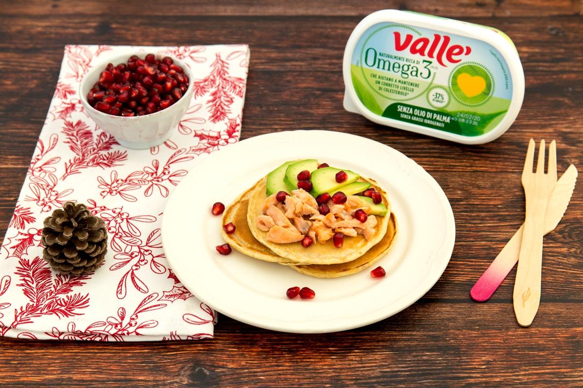 Pancake semi-integrali con salmone, avocado e melagrano