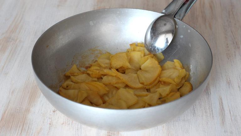Tagliate la mela in quattro parti (se biologica tenete la buccia); affettate ogni spicchio a fette sottili e cuocetele in padella fino a quando saranno tenere ed asciutte. Aggiungete dello zenzero o cannella in polvere a piacere e lasciate raffreddare.<br />
