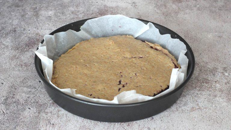 Procedete in modo analogo alternando gli strati di frolla e marmellata, considerando che l'ultimo dovrà essere di frolla. Infornate e lasciate cuocere per 40 minuti.