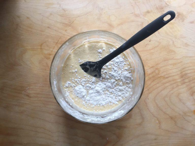 Setacciare in una ciotola la farina, l'amido di mais e il lievito. Incorporarli al resto degli ingredienti.