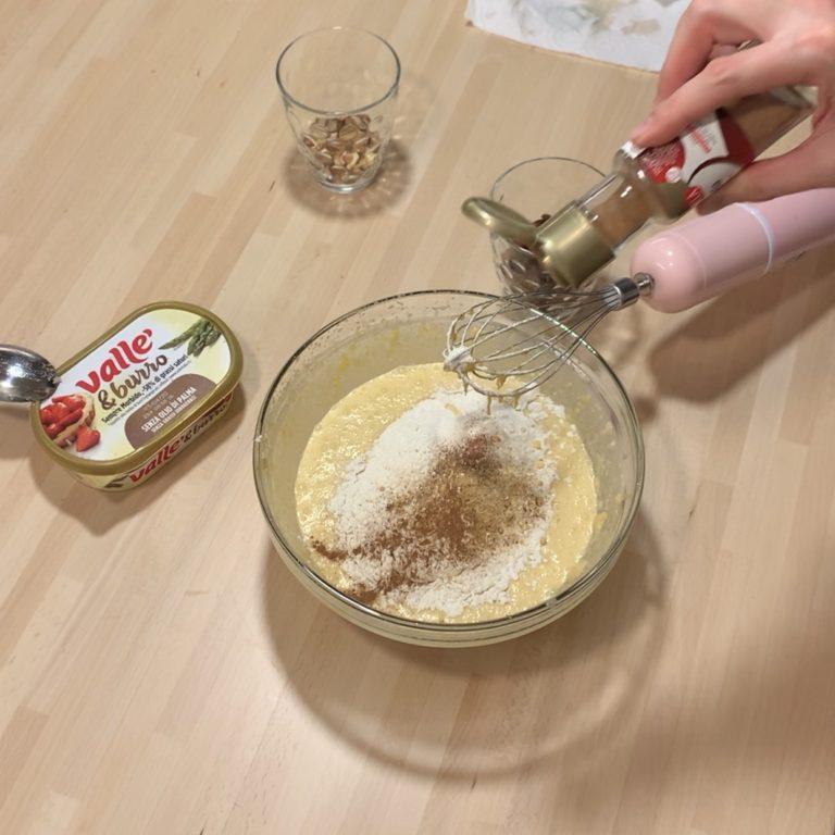 Unire la polpa di zucca cotta e miscelare per bene. Unire la farina, il lievito, il bicarbonato, il sale e le spezie e mescolare bene.