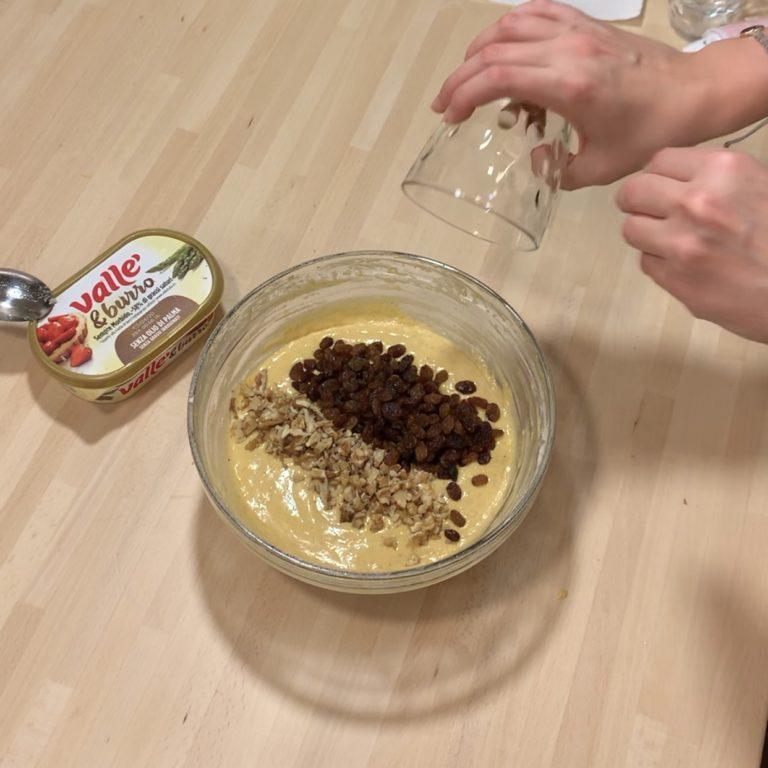 Unire infine le noci sminuzzate e l'uvetta.